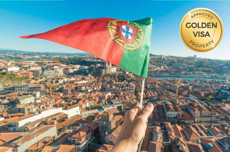 گلدن ویزای پرتغال و پرچم پرتغال بالای یکی از شهرهای کشور